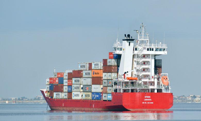 Najwięksi detaliści wynajmują statki, aby zdążyć z dostawami przed Świętami.